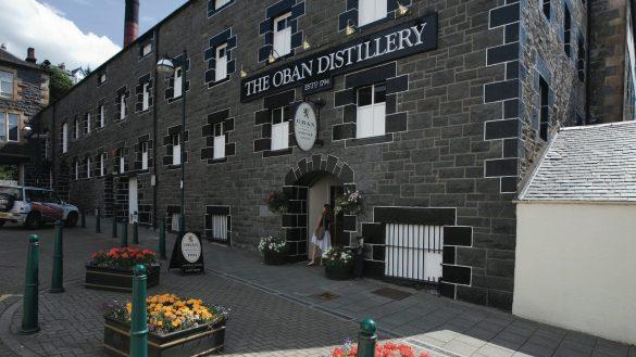 Ungewöhnlich ist die Lage der Whiskyproduktionsstätte von Oban Distillery inmitten des Zentrums der Hafenstadt Oban
