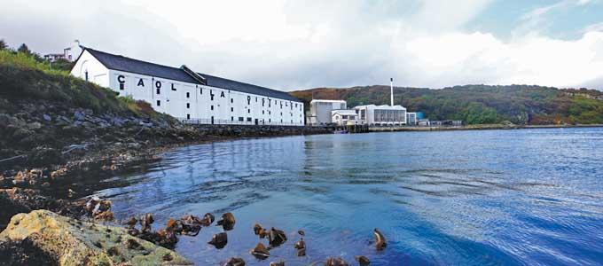 Von der Caol Ila Distillery auf Islay hat man einen herrlichen Blick über eine schmale Meerenge nach Jura