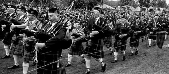 Der im teNeues Verlag erschienene Bildband »Elliott Erwitt's Scotland« überzeugt durch Schwarz-Weiß-Magazinfotografie