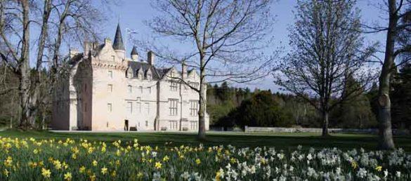 Das Schloss Brodie Castle in Moray ist von einer großen und sehr gepflegten Parkanlage umgeben