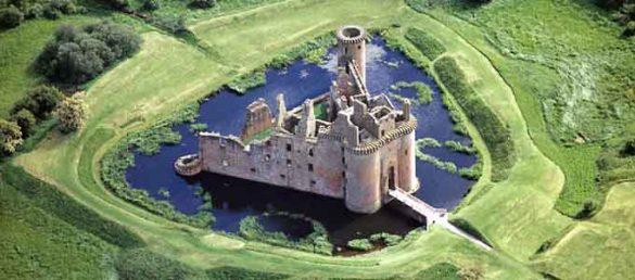 Caerlaverock Castle in Dumfries & Galloway ist die einzige dreieckige Burganlage in Schottland