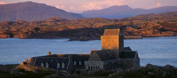 Die »Three Isles Tour« von CalMac Ferries verbindet die Insel Mull mit Staffa und Iona