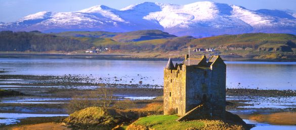 Das Towerhouse Castle Stalker liekt idyllisch auf einer kleinen Insel im Loch Linnhe