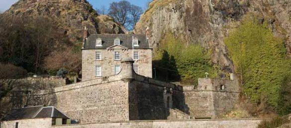 Auf dem mächtigen Dumbarton Rock in Strathclyde befindet sich die Burg Dumbarton Castle am Zufluss des River Leven in den Clyde