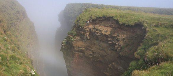 Bei einem Spaziergang zum Duncansby Head ist man von Zaubernebel und Felsenzipfel umgeben