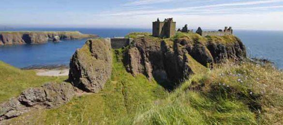 Dunnottar Castle thront südlich des Hafenstädtchens Stonehaven in Aberdeenshire als wild-romantische Ruine auf einer Felsenhalbinsel