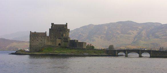 Eilean Donan Castle bei Dornie ist eine der meistfotografiertesten Burgen in Schottland