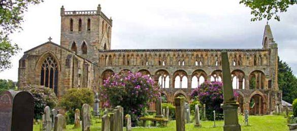 Jedburgh Abbey in den Scottish Borders ist ein Musterbeispiel für romanische Sakralbaukunst