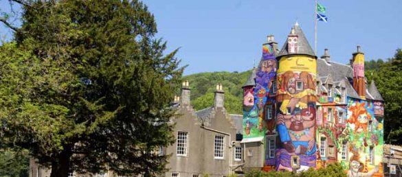 Das von Graffiti-Künstlern geschmückte Kelburn Castle bei Fairlie in North Ayrshire erstaunt so manchen Besucher