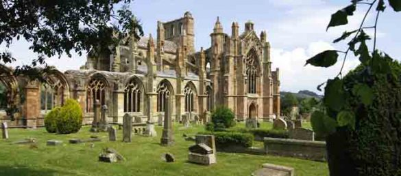 Melrose Abbey in den Scottish Borders gilt als das erste Zisterzienserkloster Schottlands