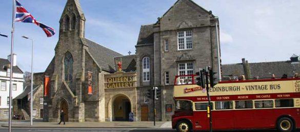 Der Palace of Holyroodhouse in Edinburgh is der offizielle Regierungssitz der britischen Königin in Schottland