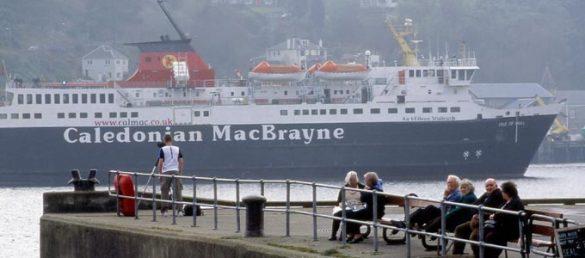 Entlang Schottlands Westküste kann man mit der Reederei CalMac Ferries ein umfangreiches Ausflugsprogramm an Tagesexkursionen in die Inselwelt erleben