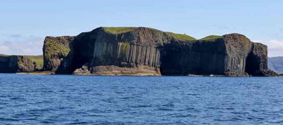 Die kleine Insel Staffa mit ihrer Höhle Fingal's Cave wird auch als die Kathedrale des Meeres bezeichnet