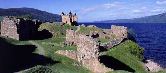Urquhart Castle glänzt durch seine Lage an den Ufern des sagenumwobenen Loch Ness