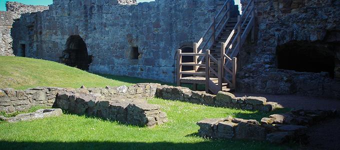 Dirleton Castle liegt in einem kleinen verschlafenen Dorf etwas westlich von North Berwick in East Lothian
