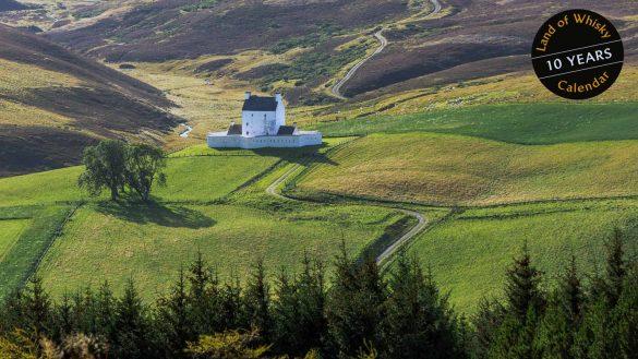 Mit seinem neuen Land of Whisky Kalender 2021 begibt sich Michael Schmidt auf Schmugglerpfade und zu Gast bei Hochlandviechern