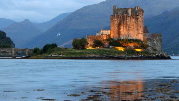Der neue, kompakte ADAC Reiseführer Schottland ist Anfang Januar 2021 mit Eilean Donan Castle auf dem Buchtitel erschienen